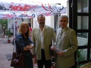 Uvednie do života knihy Arteterapia – úžitkové / zážitkové umenie. J. Šicková spolu s kurátorom Ľ. Mozom a recitátorom a hercom Štefanom Bučkom v roku 2007.